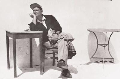 Ο Οδυσσέας Ελύτης στην Πάρο το 1954.Φωτογραφία του Ανδρέα Εμπειρίκου