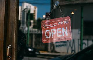 membuka tokonya pada hari raya