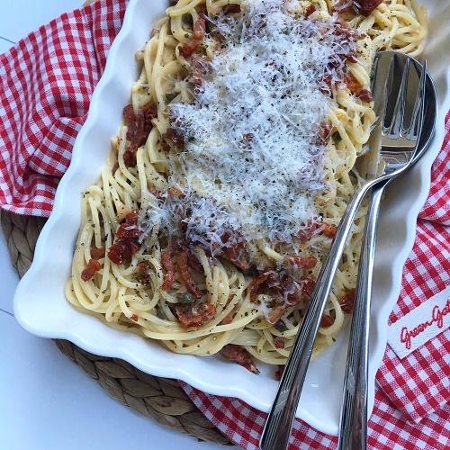 Pasta mit Bacon, Kapern, getrockneten Tomaten und Ei-Parmesan-Sahnesauce