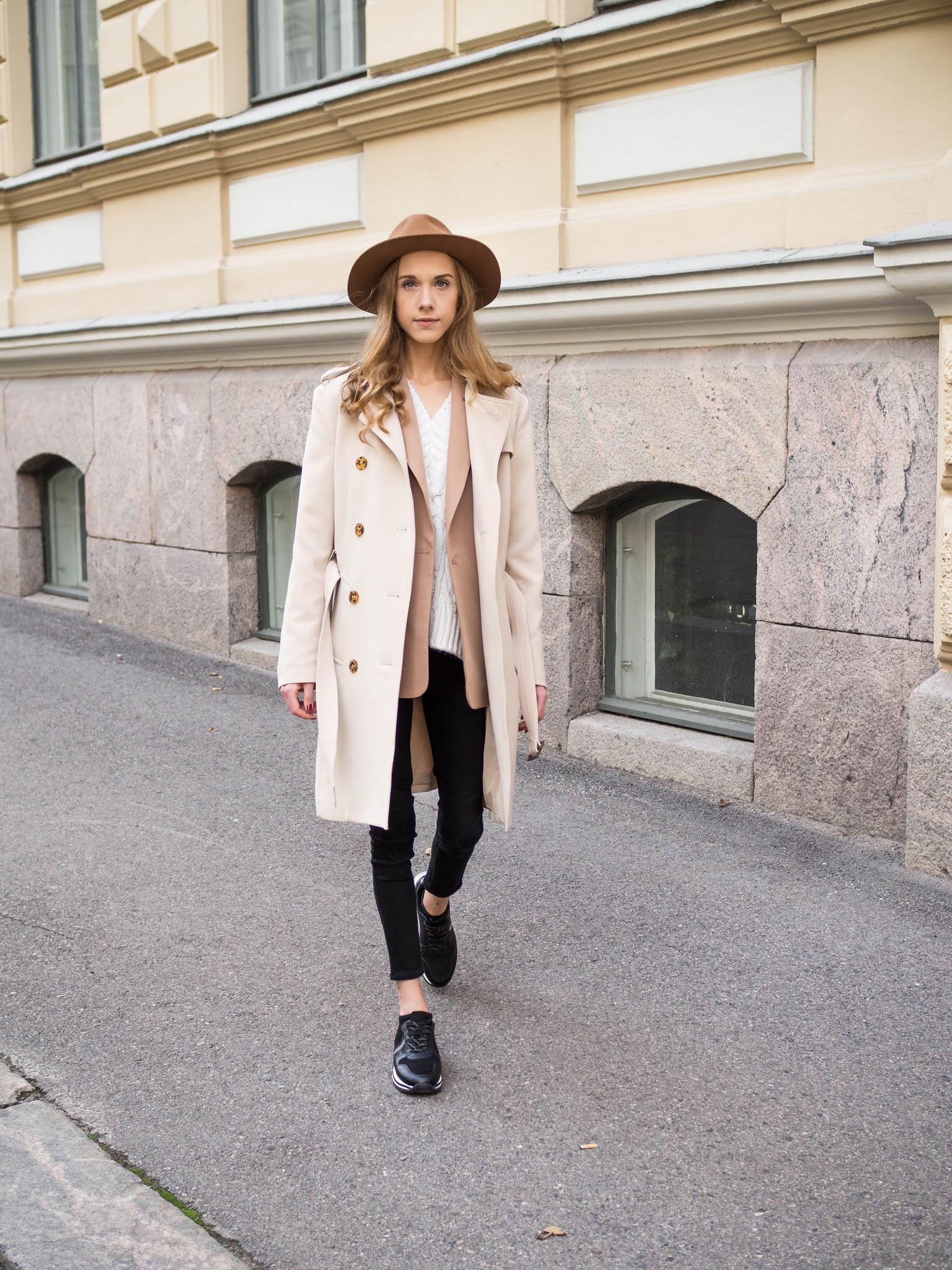 Syypukeutuminen: trenssi, neuleliivi, bleiseri ja hattu - Autumn outfit: trench coat, knitted vest, blazer and hat