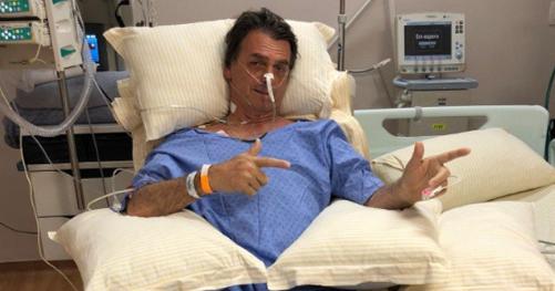 """Jair Bolsonaro apresenta melhora e faz """"gesto"""" de arma em punho"""