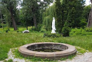 Біла Церква. Дендропарк «Олександрія». Скульптура Богородиці. Острів Мрії