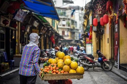 Beli Barang-barang Kebutuhan di Pasar Tradisional