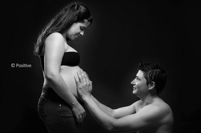 Fotografía de futura mamá junto a su pareja en estudio. Blanco y negro. Leticia Martiñena fotografía de familia, realizada en Positive Roldán