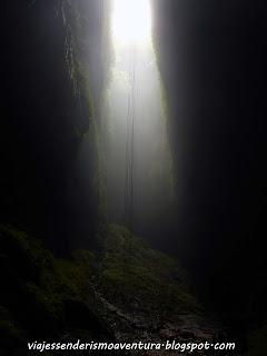 Cuevas de Waitomo - Vista del rápel de 100 metros desde un lateral