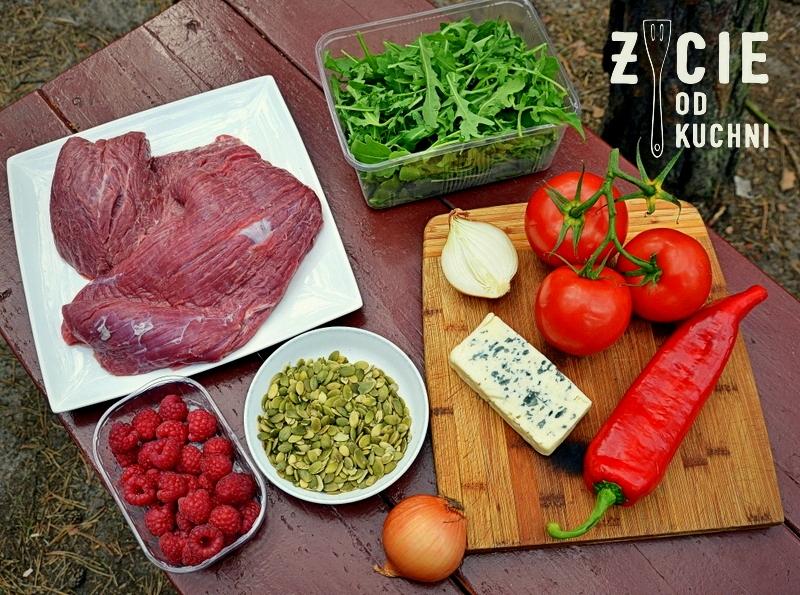 stek, stek z grilla, stek bavette, wolowina, salatka ze stekiem, danie z grilla, biwak, namiot, maliny, ser blue lazur, rukola, zycie od kuchni, skladniki na salatkę