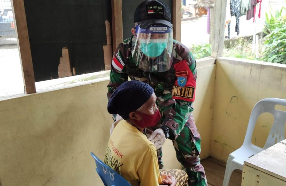 Satgas Pengamanan Perbatasan Yonif 642 Laksanakan Pelayanan Kesehatan Gratis di Desa Entikong