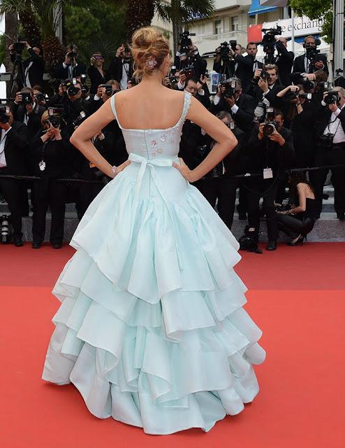 Blake de costas, imagem mostra a parte de trás do vestido