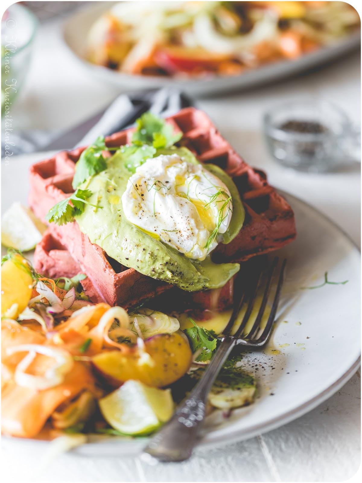 Rote-Bete-Waffeln mit Hummus aus dicken Bohnen und Karotten-Fenchel-Salat