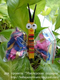 Бабочка из прищепки и пакетика с блестками, бумажками.