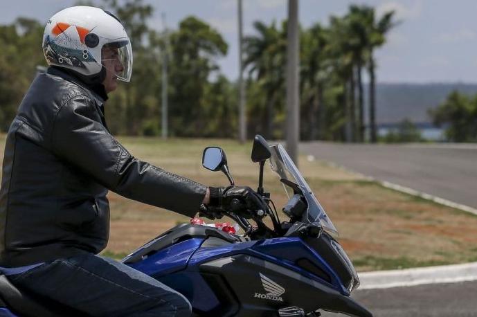 Em meio aos protestos deste sábado contra o seu governo, presidente Jair Bolsonaro testa popularidade passeando de moto pela periferia de Brasília e é cumprimentado pelo povo