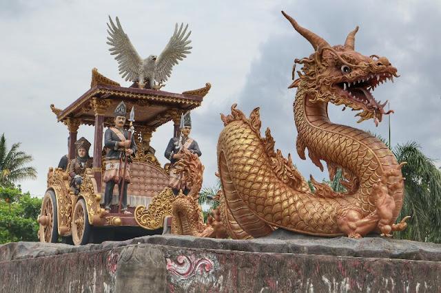 Patung Naga dan Kereta Kencana Taman Demokrasi