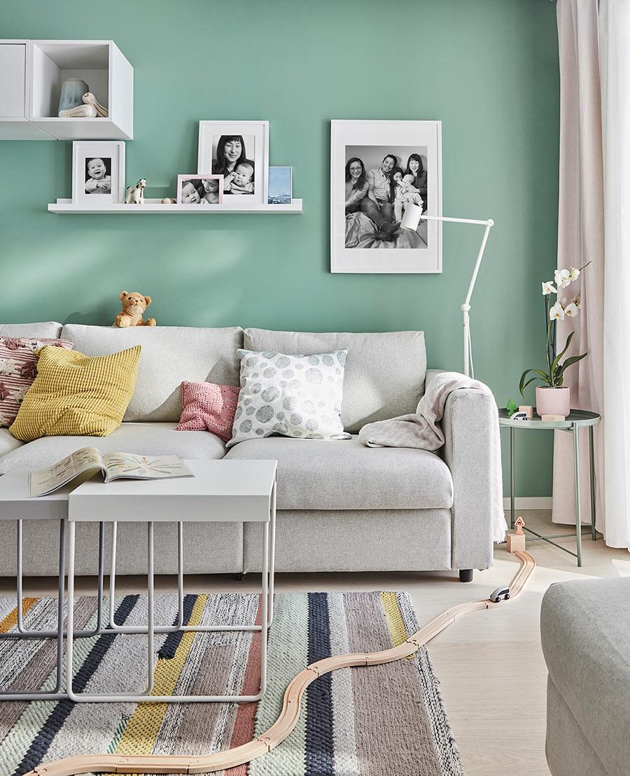 novedad catálogo ikea 2020 the lab home España verde claro con sofá gris y cojines de color