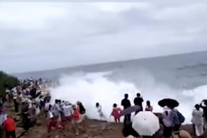 Viral di Facebook Detik-detik Turis Wanita Tersapu Ombak Besar saat Ambil Foto, Lihat Keadaannya