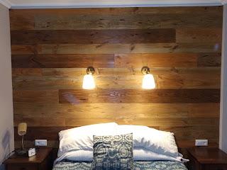 Cabezal de cama con toda la pared forrada.