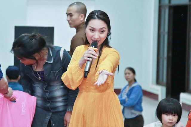 Cao Mỹ Kim xúc động trao hơn 800 phần quà cho người nghèo - Ảnh 3