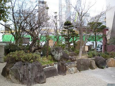 御霊神社の獅子の岩