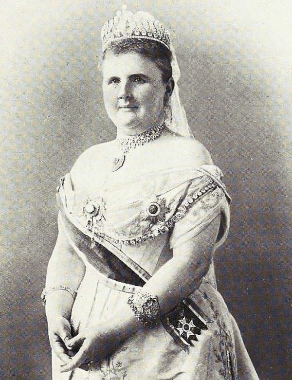 Queen Emma of the Netherlands wears her sapphire parure around 1901
