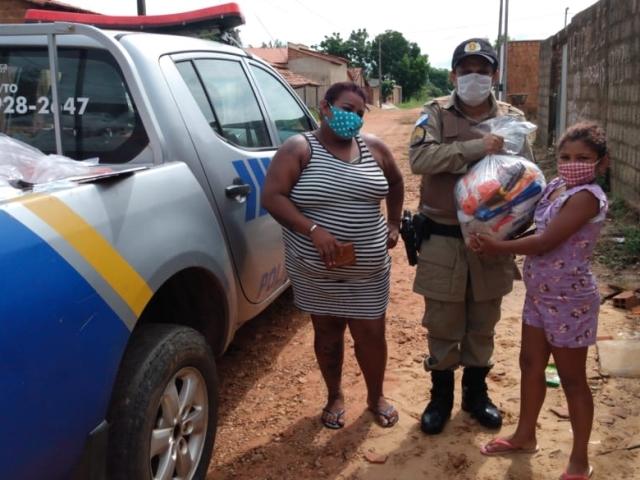 9º Batalhão da PM em parceria com o governo do Estado, distribui cestas básicas na região do Bico do Papagaio