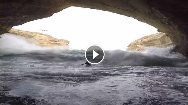 surfeando en una cueva