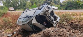 बेसहारा पशु के सामने आने से अनियंत्रित कार पलटी,पांच घायल