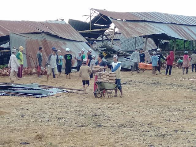 Pemkab Soppeng Serahkan Bantuan Kepada Korban Angin Puting Beliung