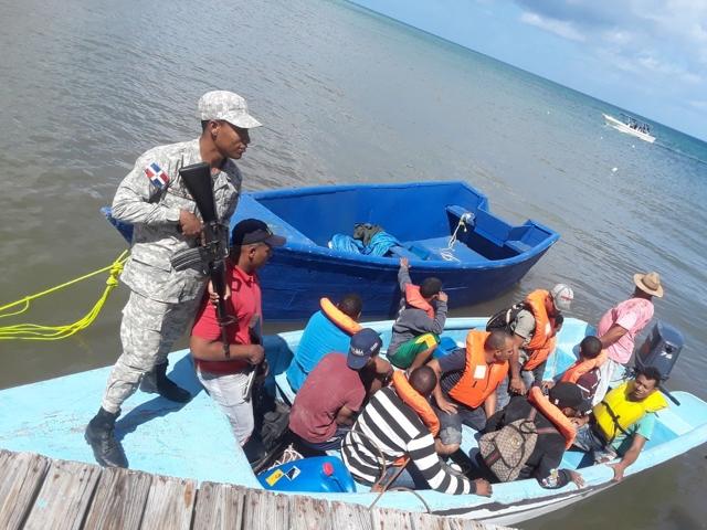 Repatrían 41 dominicanos tras viaje ilegal a Puerto Rico