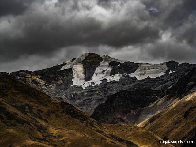 Pico nevado na Cordilheira dos Andes, na estrada entre Puno e Cusco