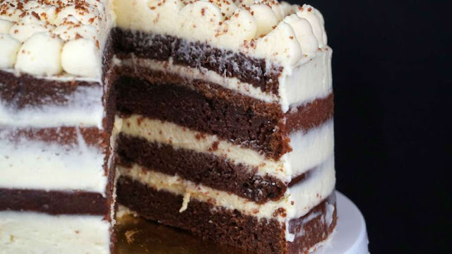 Corte tarta layer cake con ingrediente sorprendente