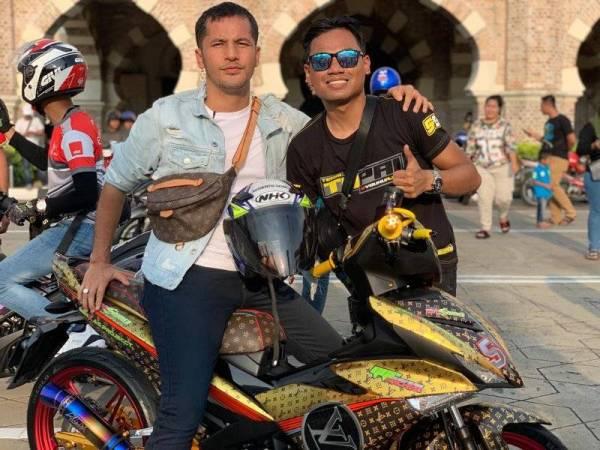 Muhammad Musaddiq (kanan) bersama Datuk Alif Shukri di konvoi  membantu golongan gelandangan di Kuala Lumpur baru-baru ini.