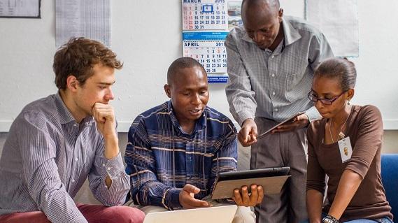 يناقش الباحثون مشروعًا حول التعليم الشخصي في نيروبي