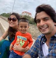 गशमीर महाजनी अपनी पत्नी और बेटे के साथ