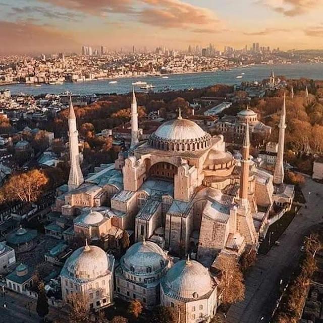 Sejarah mencatat, ia memandang Hagia Sophia yang megah, turun dari kudanya, melepas helm perangnya, lalu bersujud ke arah kiblat, mengambil segenggam tanah Konstantinopel lalu menaburkan ke atas kepalanya. Simbol kerendahan hati, bahwa dia hanya tanah