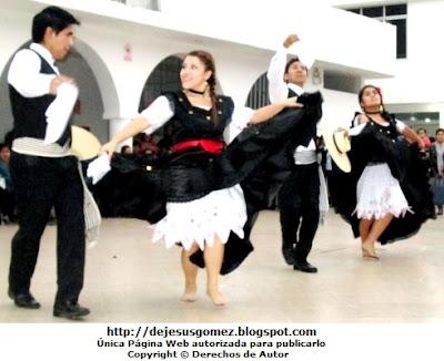 Foto de la presentación de Marinera Norteña, pareja bailando. Foto de marinera tomada por Jesus Gómez