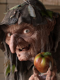 Resultat d'imatges de bruixa i poma