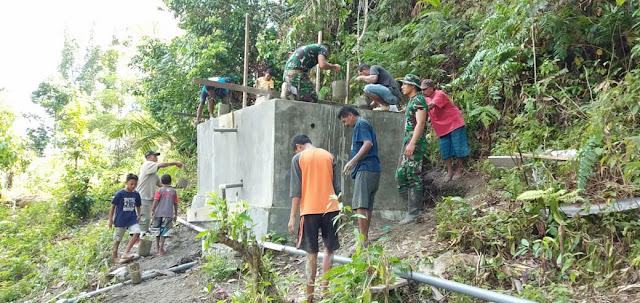 Warga dan Yonif RK 136 Dirikan Bak Penampung Air di Desa Tehoru Maluku