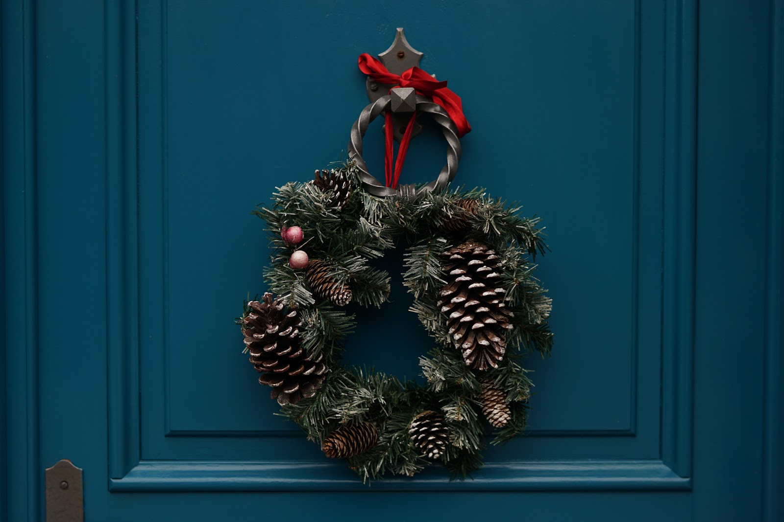 , How to Bring Christmas Outdoors with Festive Styled Windows and Doors