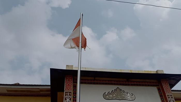Disdikbud Lampura Kibarkan Bendera Merah Putih Robek, Kadisdikbud Beralasan Sudah Disuruh Ganti