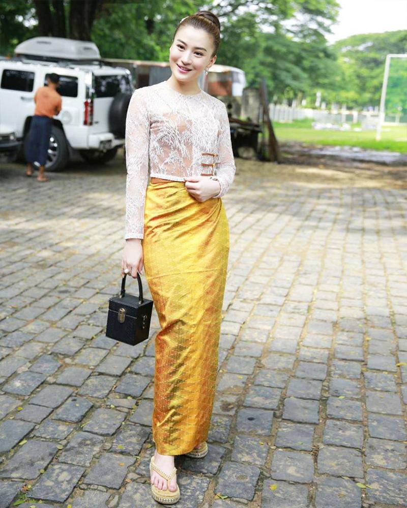 Wutt Hmone Shwe Yi cewek manis dan model Myanmar pakai Sarung