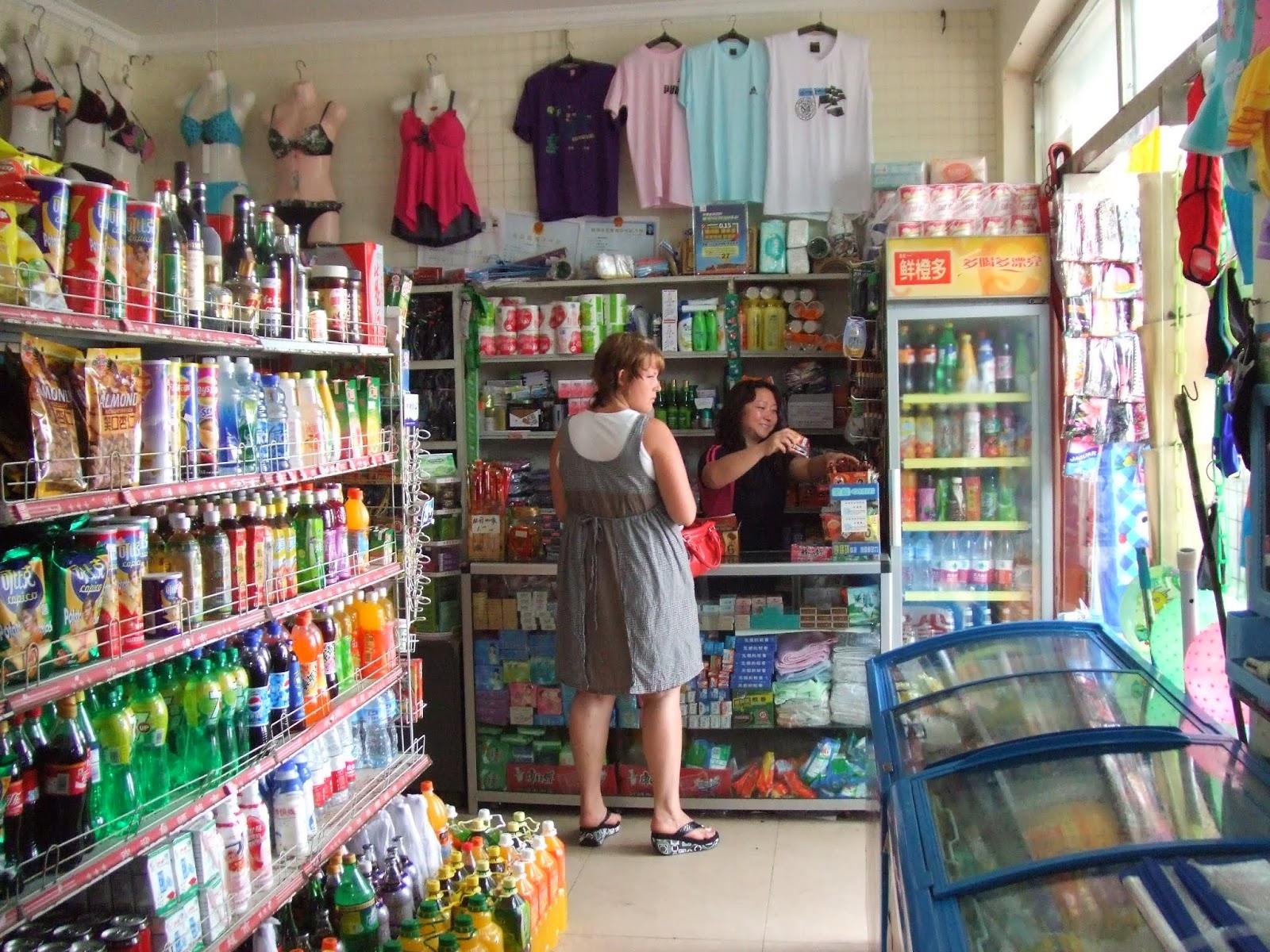 Kiosk innen mit Frau in grauem Kleid und Frau in schwarzem Shirt