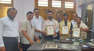 उत्कृष्ट कार्य के लिए मनपा के तीन लिपिकों का सम्मान  | #NayaSaberaNetwork