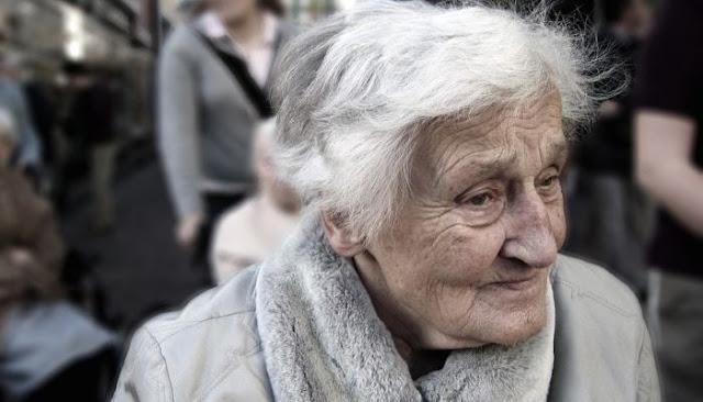 Консьержка схватила за ногу падающую из окна пенсионерку. Она удерживала её 30 минут, а бабушка просила её отпустить