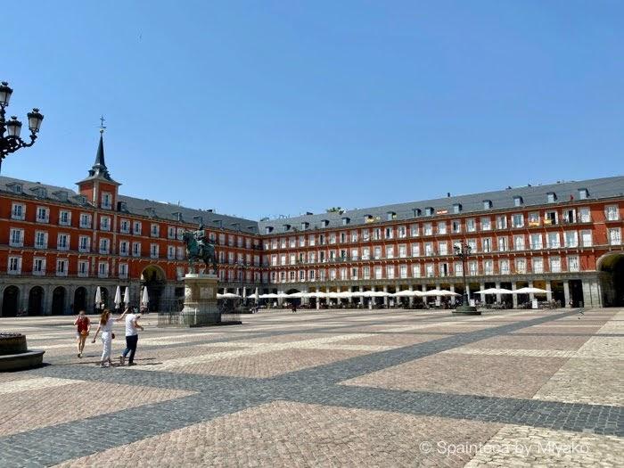Plaza Mayor Madrid お昼時でも人がまばらなマドリードのマヨール広場