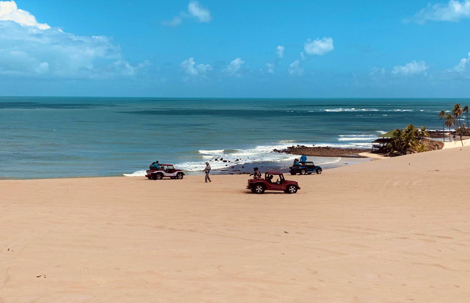 3 buggys estacionados nas dunas de areia