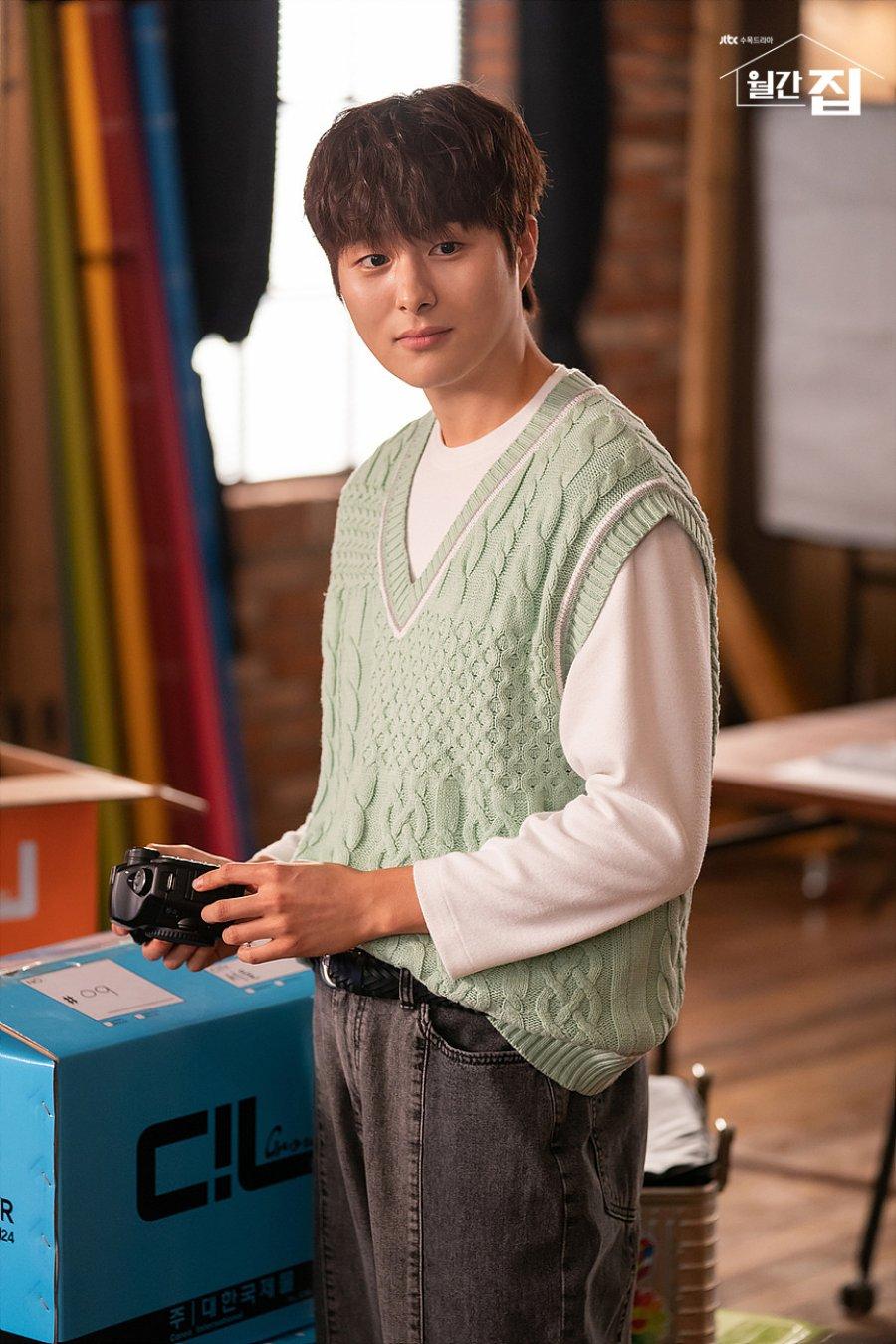 Pemeran Drama Monthly Magazine Home : Jung Gun-Joo sebagai Shin Gyeom