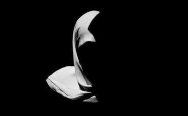 sistem sekuler yang memisahkan antara aturan agama dan kehidupan berani menganggap bahwa aturan hijab ini tak perlu digunakan. Beberapa kasus yang mencuat di beberapa daerah di negeri ini membuat aturan penggunaan larangan hijab di sekolah atau instansi tertentu. Pelarangan ini sebenarnya bukan hal baru. Karena, di tahun-tahun sebelumnya atau di era pemerintahan lama pun pelarangan penggunaan hijab adalah hal biasa.