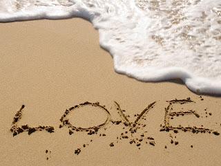 صور رومانسية على الرمال والبحر