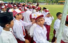 Peringati HUT RI Ke-73 Seluruh Siswa MI dan MTs Nurul Huda Rohul Ikuti Upacara Di Lapangan Desa Dayo