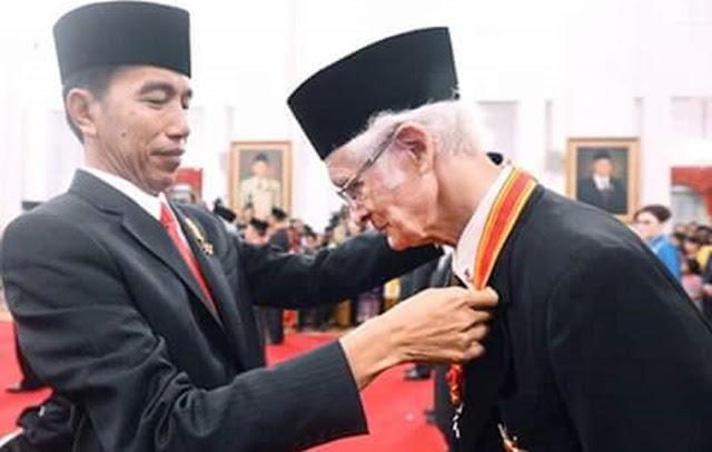 Romo Magnis Suseno Menerima Penghargaan Bintang Mahaputra Utama dari Presiden Jokowi.jpg