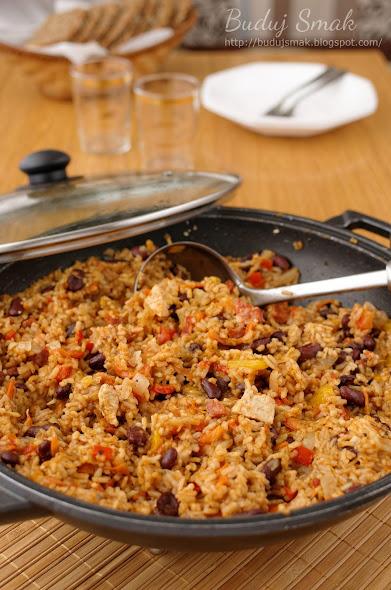 Potrawka z woka z ryżem, kurczakiem, chorizo i warzywami